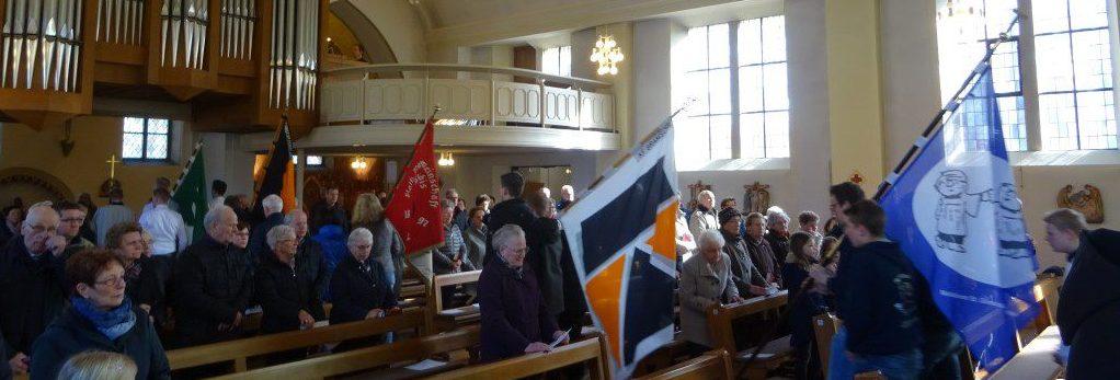 Unsere Verbände mit Banner in der Kirche